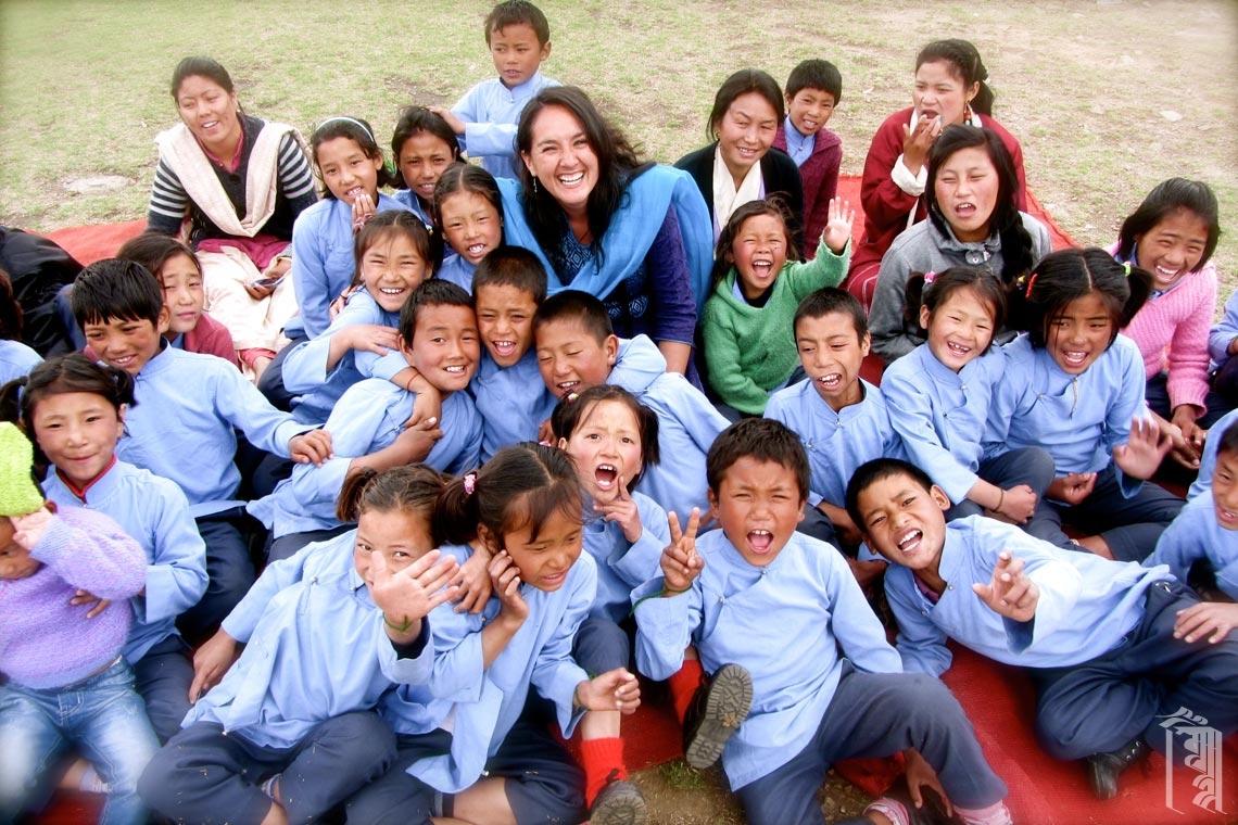 Freiwillige Lehrerin Romina Barria, umgeben von glücklichen Kindern während einer besonderen Feier im Jhamtse Gatsal.