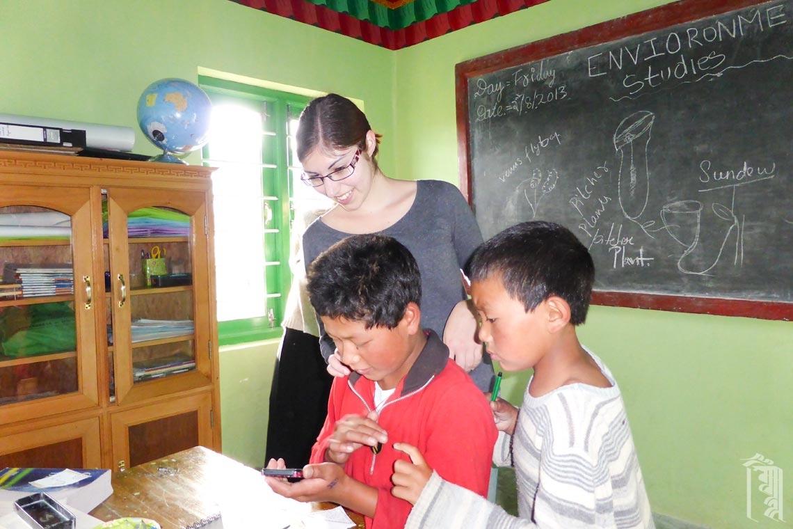 Die Freiwillige und Logopädin Sarah arbeitet mit einigen Schülern in der Klasse am Jhamtse Gatsal.