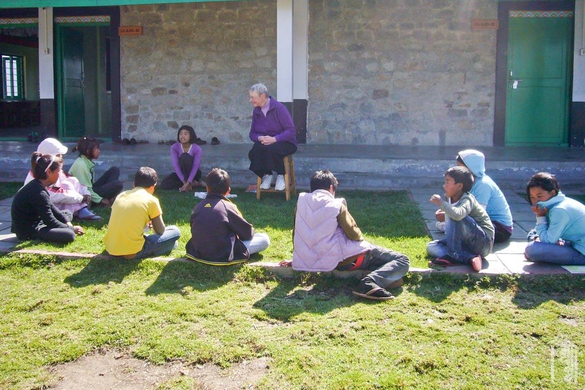 Die Freiwillige Beezy Bentzen leitet eine Diskussion mit einer Schulklasse am Jhamtse Gatsal.