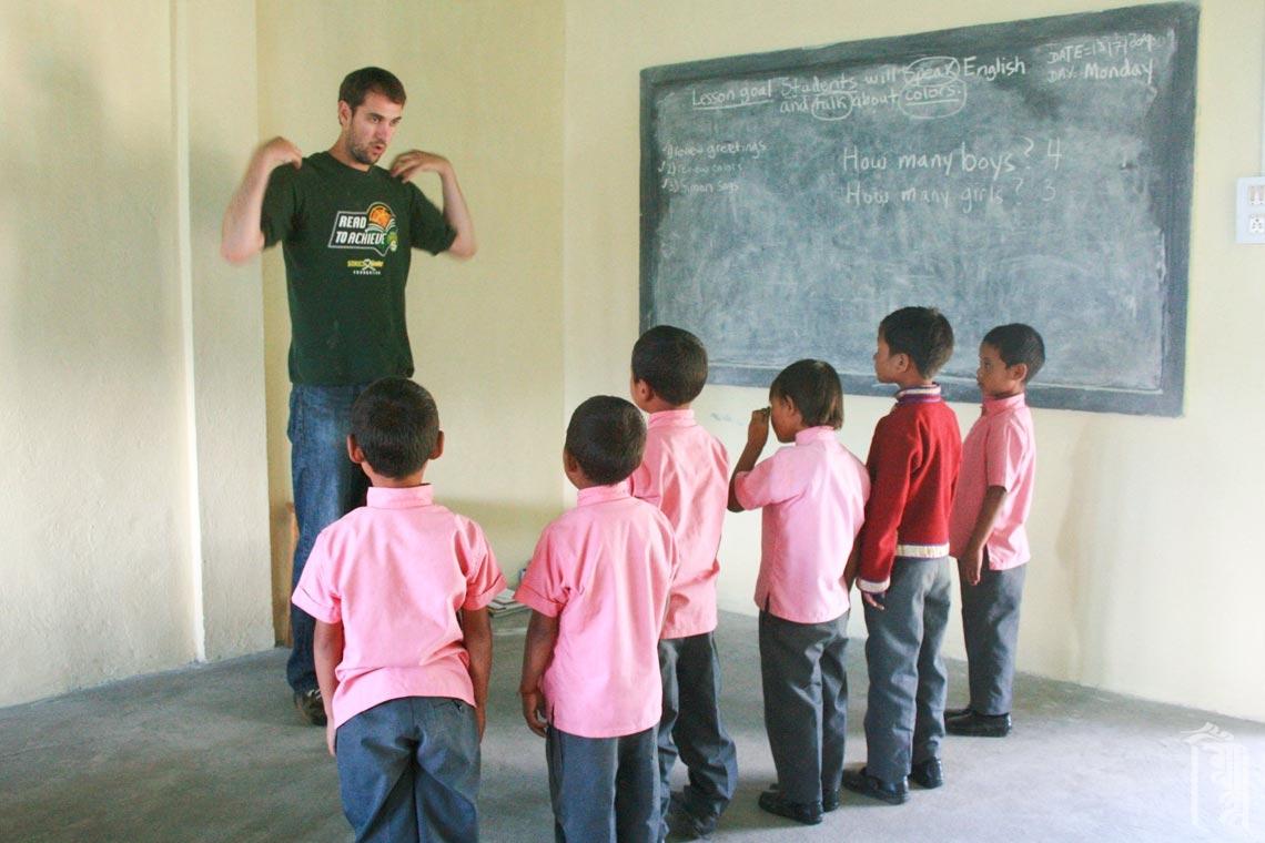 Der ehrenamtliche Lehrer Steve Meyers bringt die Kinder in einer Englischstunde am Jhamtse Gatsal in Bewegung.
