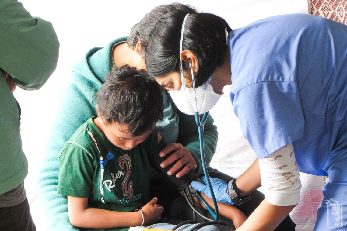 Medizinische Freiwillige Dr. Vindy Garcha, die alle Schüler nach ihrer Rückkehr aus den Winterferien gründlich untersucht.