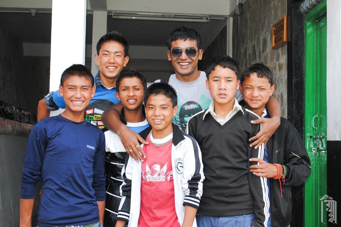 Rishiraj, ein Freiwilliger und Fotograf aus Guwahati, trifft sich mit den Jungs von Jhamtse Gatsal.