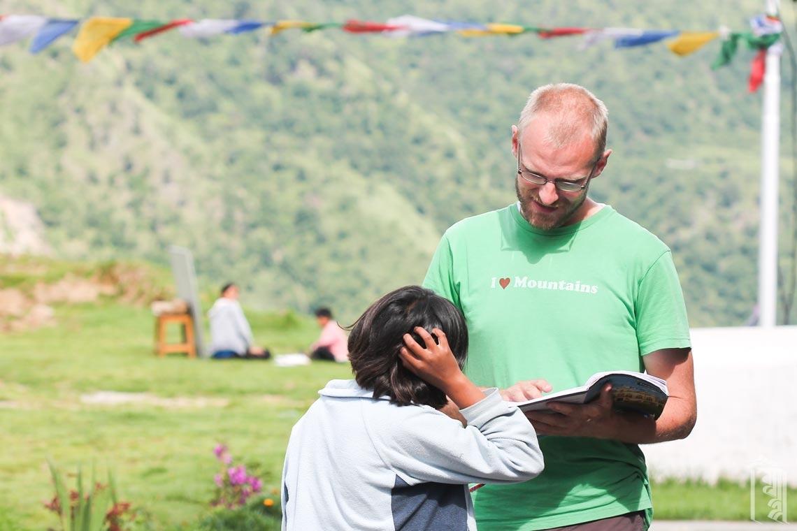 Freiwilliger Spencer Babcock beantwortet Fragen während einer erlebnispädagogischen Nachhilfestunde.