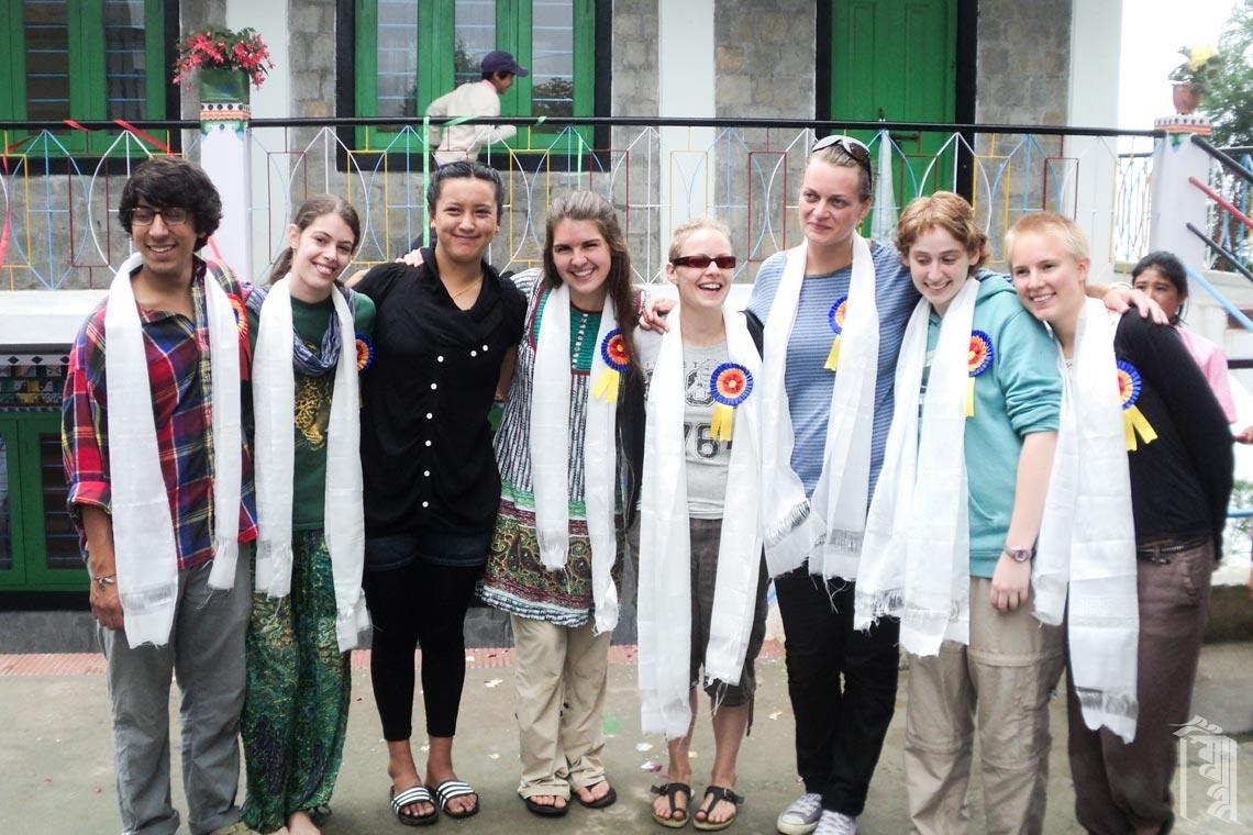 Eine Gruppe von Freiwilligen und JGCC-Mitarbeitern Dechin Choden feiern das neue Gemeinschaftsbadehaus.
